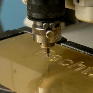 Eine moderne Gravurmaschine im Einsatz