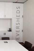 Der Firmenschriftzug an einem Kasten im Besprechungsraum