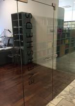 Die Beschriftung der Büroräume