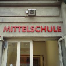 Der Schriftzug besteht aus 20 mm starken, rot lackierten Körperbuchstaben